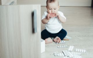 Ребенок выпил таблетку для взрослых: первая помощь и что делать дальше