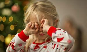Ребенок трет глаза: причины и что с этим делать
