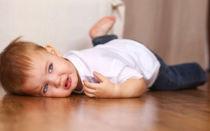 Что делать, если ребенок падает на пол и закатывает истерики