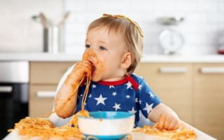 Что делать, если ребенок ест руками