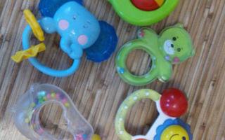 Какая должна быть первая игрушка малыша, и как ее выбрать