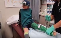 Ребёнок подвернул ногу, что делать
