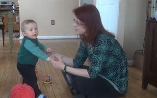 Развитие грудничка в восемь месяцев: что он должен уметь