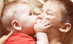 Ребенок щипается: что делать, как отучить?