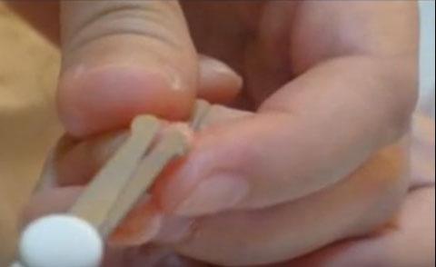 Процесс подстригания ногтей