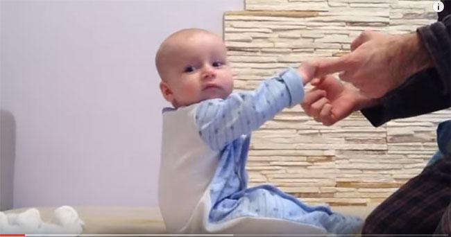 Малыш сел