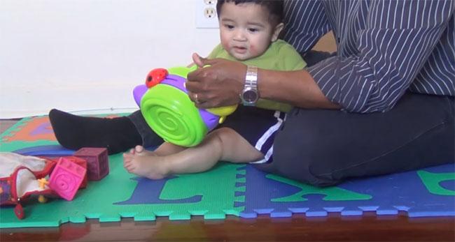 Ребенок тянется к игрушке