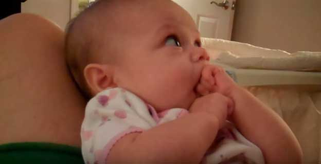 Руки во рту у малыша