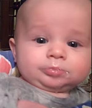 У маленького ребенка текут слюни