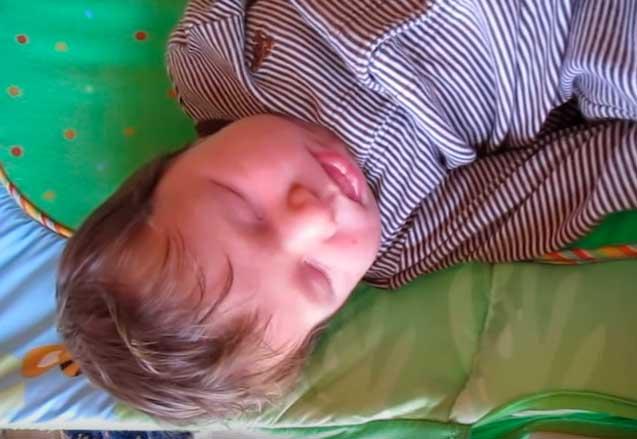Грудничок постоянно тужится и кряхтит. Почему новорожденный кряхтит и тужится во сне, во время кормления?