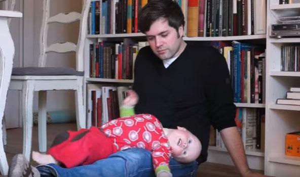 Ребенок запрокидывает голову и выгибает спину на руках