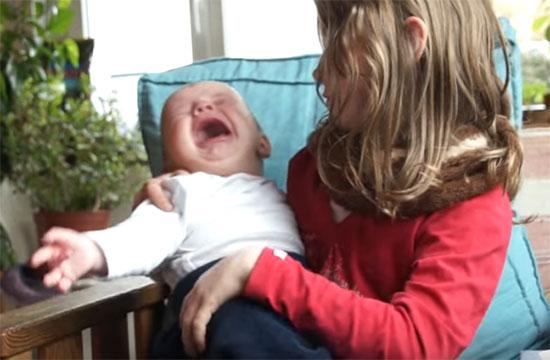 Малыш запрокидывает голову