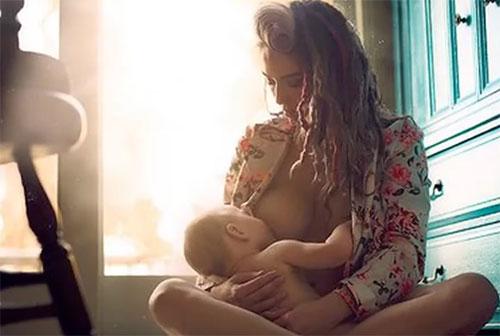 Ребенок есть грудь