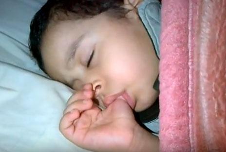 Ребенок сосет палец во сне