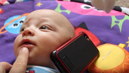 Ребенок говорит по телеону
