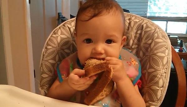 Ребенок ест черный хлеб