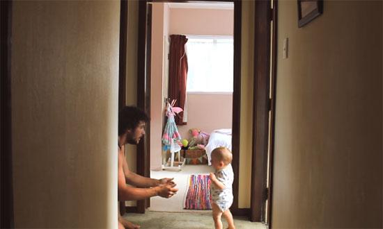 Малыш идет к папе