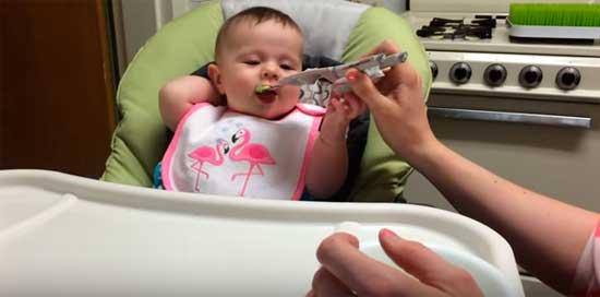 Малыш ест кабачок