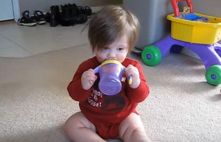 Ребенок пьет воду с непроливашки