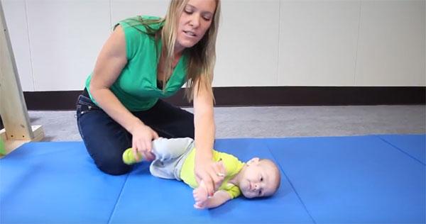 Переворачиваем малыша на бок