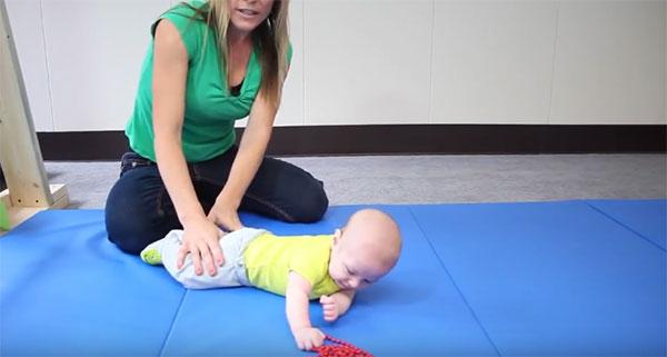 Ребенка перевернули со спины на живот