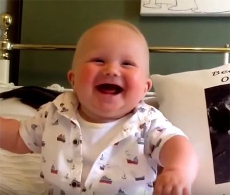 Ребенок улыбается осознанно