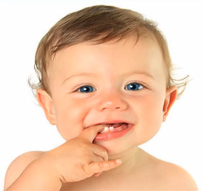 У малыша первые зубки
