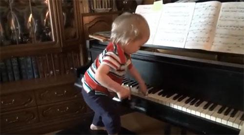 Полуторогодовалый ребенок играет на пианино