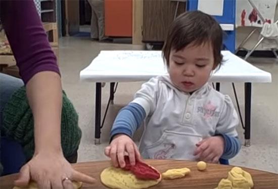 Двухгодовалый ребенок на кухне