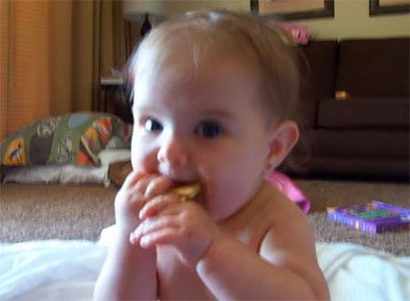 Грудничок ест печенье