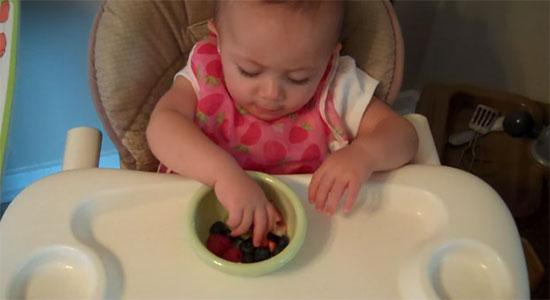 Одиннадцатимесячный ребенок ест