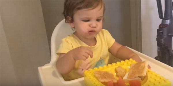 Годовалый ребенок кушает