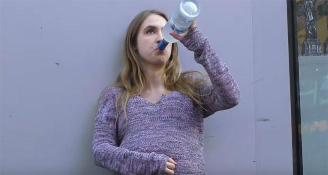 Беременная девушка пьет водку