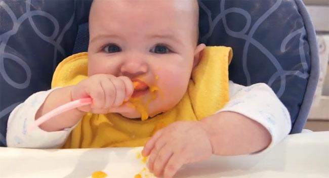 Малыш ест тыквенное пюре