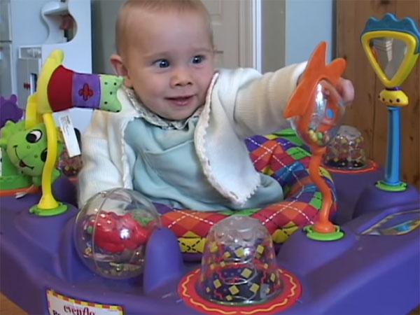 Полугодовалый ребенок и развивающий центр