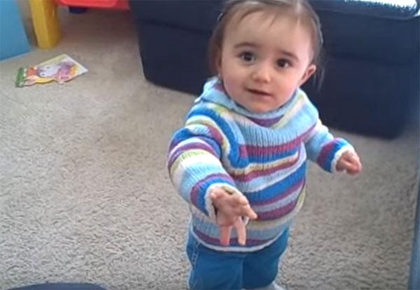 Годовалый ребенок стоит на ножках