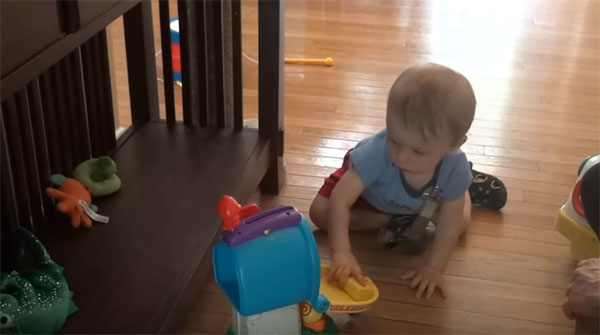 Ребенок 11 месяцев сидит