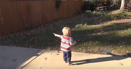 Ребенок ходит по улице