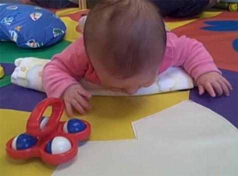 Двухмесячный ребенок обратил внимание на игрушку