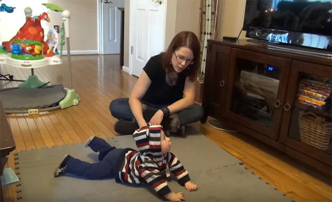 Пятимесячный ребенок лежит на животе