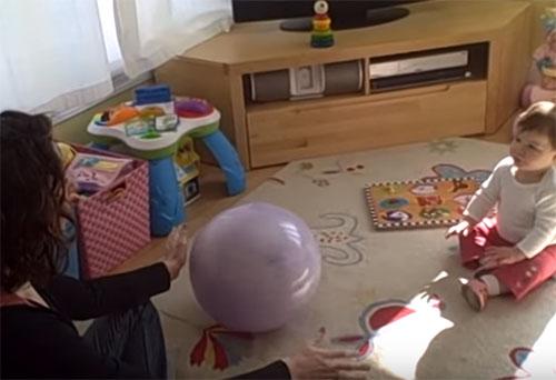 Малыш играет мячиком