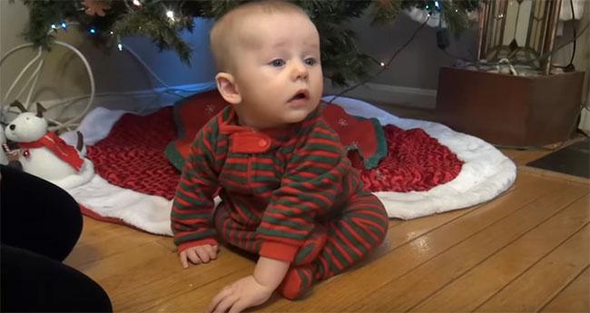Пятимесячный ребенок учится сидеть