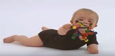 Ребенок лежит на животе