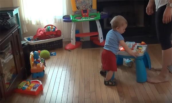 Малыш и развивающий столик