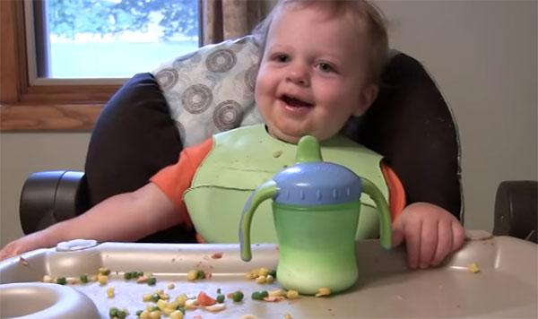 Ребенок кушает в 13 месяцев