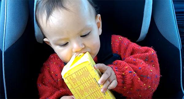 Ребенок ест масло
