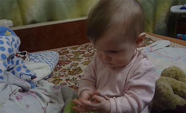 Ребенок играет в ладушки