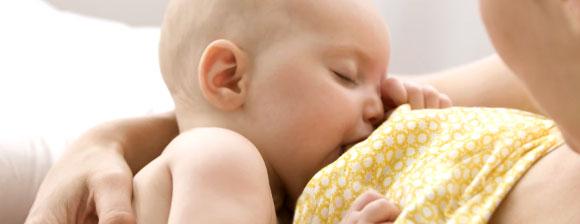 Ребенок кушает во сне