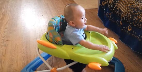Малыш на ходунках