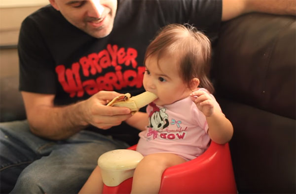 Девочка ест банан